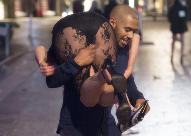 英国夜晚的街头上,喝醉了的英国女生们还直接图片女孩v女生图片