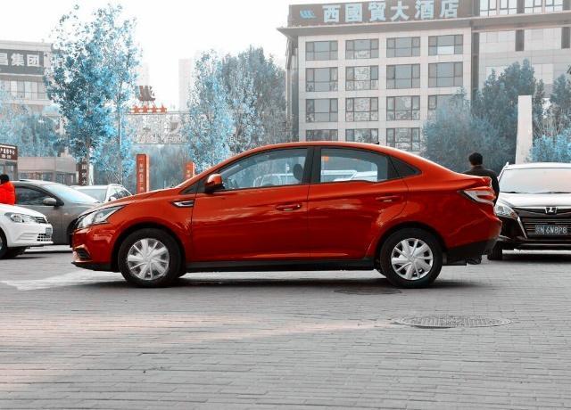 这款合资车售价5.98万,搭载1.6L发动机,轴距2米6,比帝豪大气