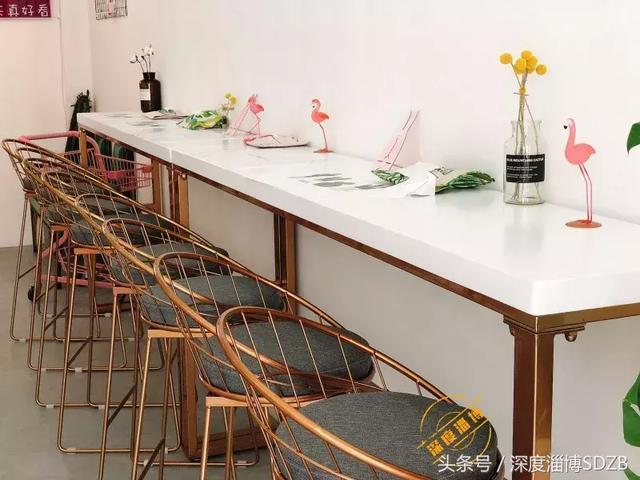 ins风泡面小食堂 一进门就深陷于此,这里有两人桌,四人桌,还有单人