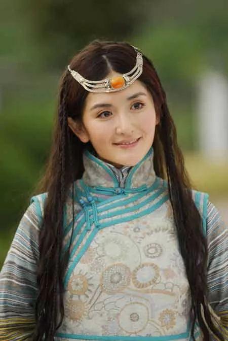 刚出道那几年谢娜出演了不少电视剧,她是《射雕英雄传》里的华筝;她