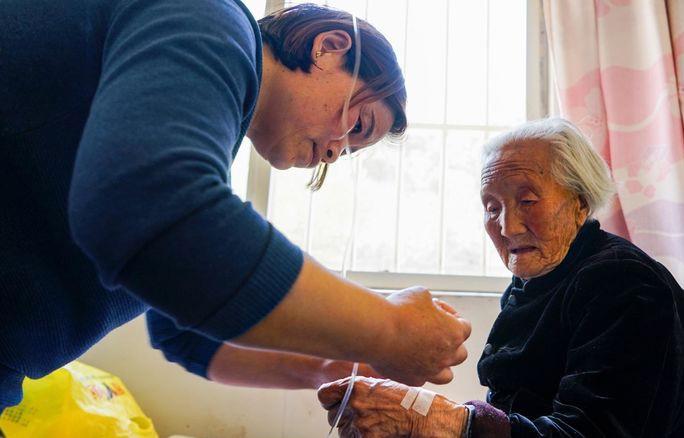 欧美老奶奶以一敌二_104岁老奶奶除了腿痛外,身体没有毛病,你想知道长寿之