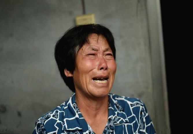 隔壁传来老人哭喊声,我撞开门,她女儿和男友正用铁链