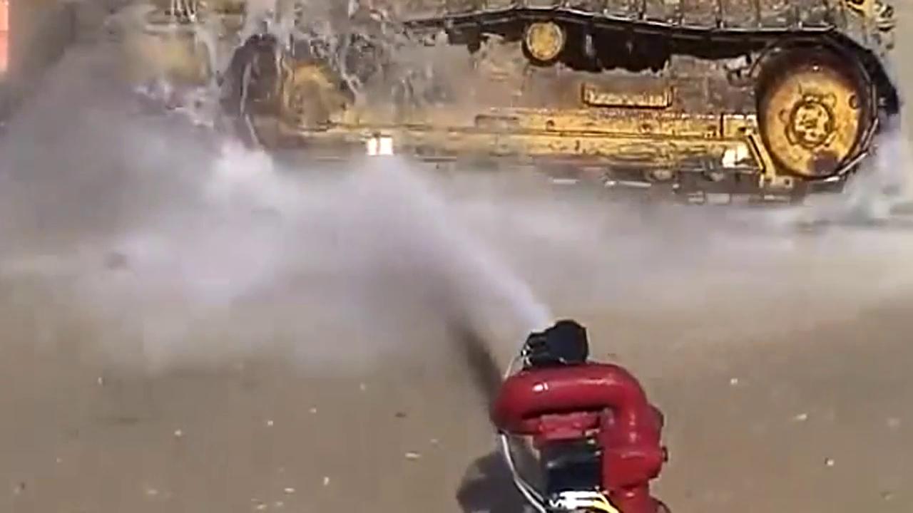 厉害,还在拎着水枪洗车看看这玩意吧挖掘机都不在话下