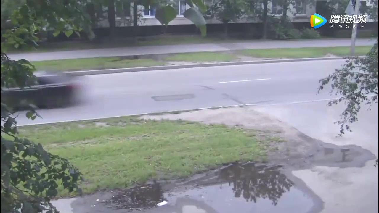 大众途观左转弯被直行车撞飞到绿化带