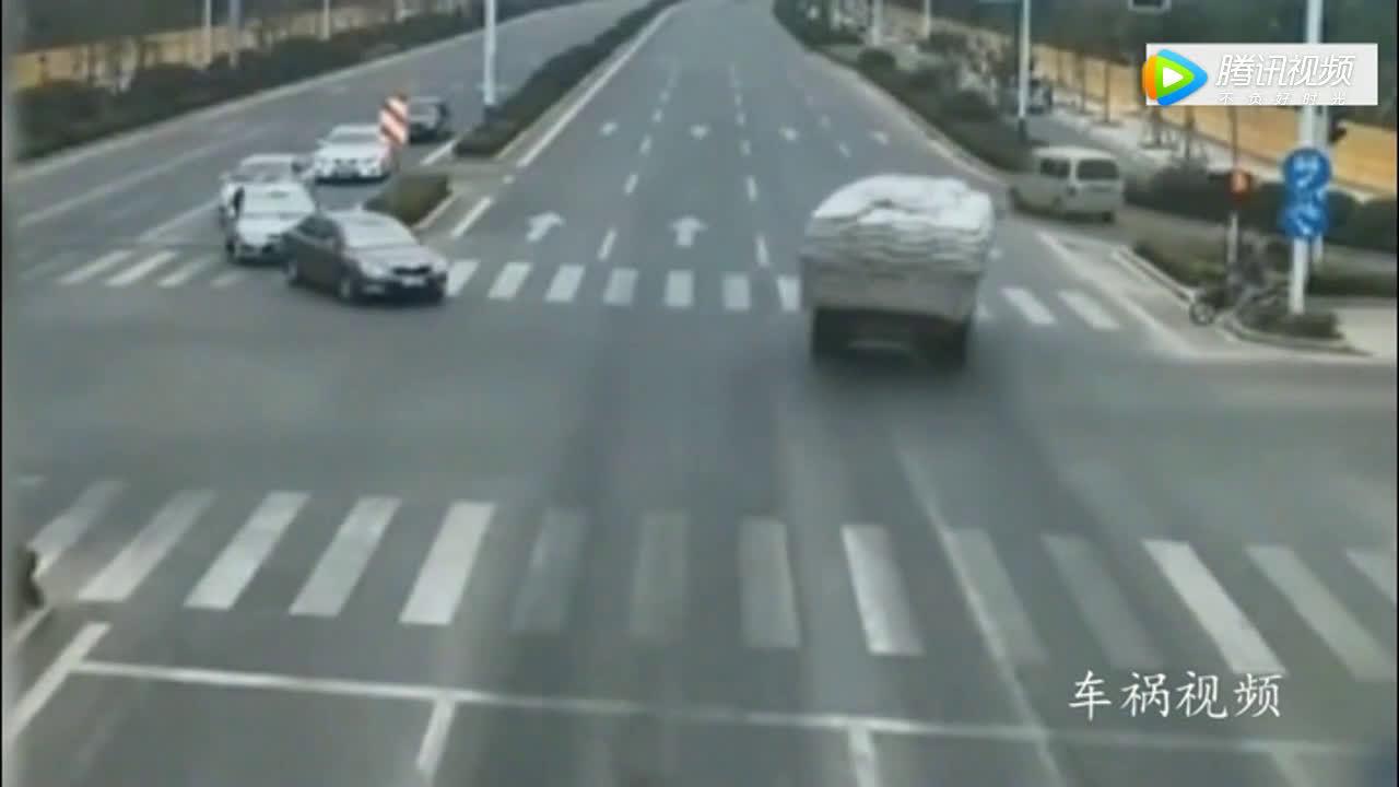 大货车刹的直冒烟,也无法救下闯红灯的女司机  