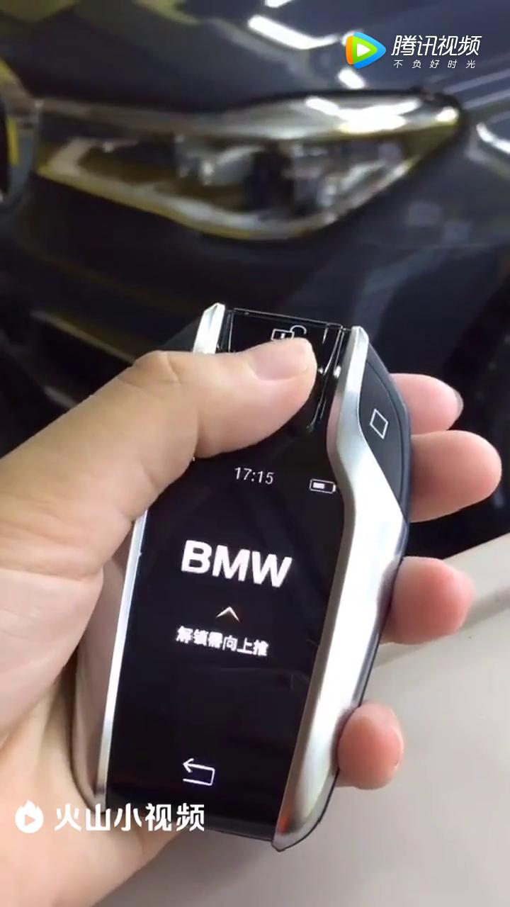宝马的最新遥控钥匙,触屏控制车内一切!