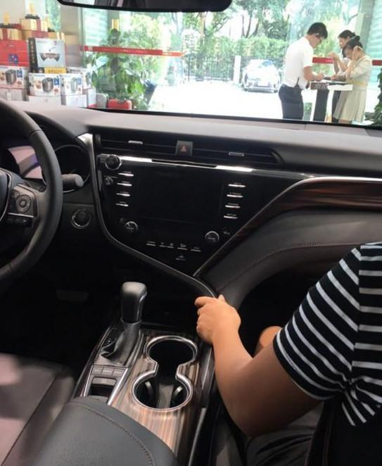 全国首提第八代丰田凯美瑞,真是帅到掉渣,中控台媲美奔驰s级