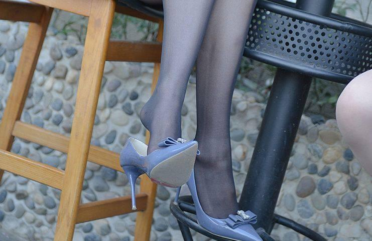 蓝色妖媚高跟鞋搭配黑丝袜, 男同事见了都说美