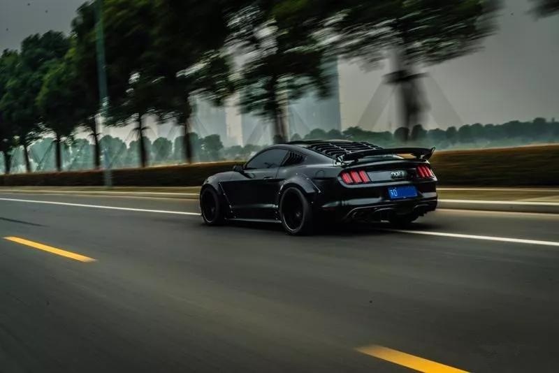 将Mustang打造成红眼猛兽,用来开顺风车还抱得美人归!