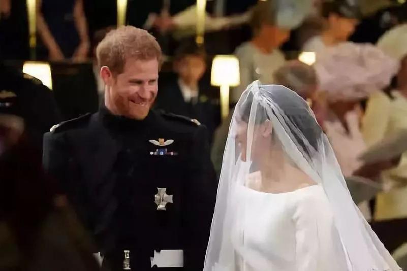 梅根终于嫁给哈里王子,她可不是唯一一个被家里拖累的王妃