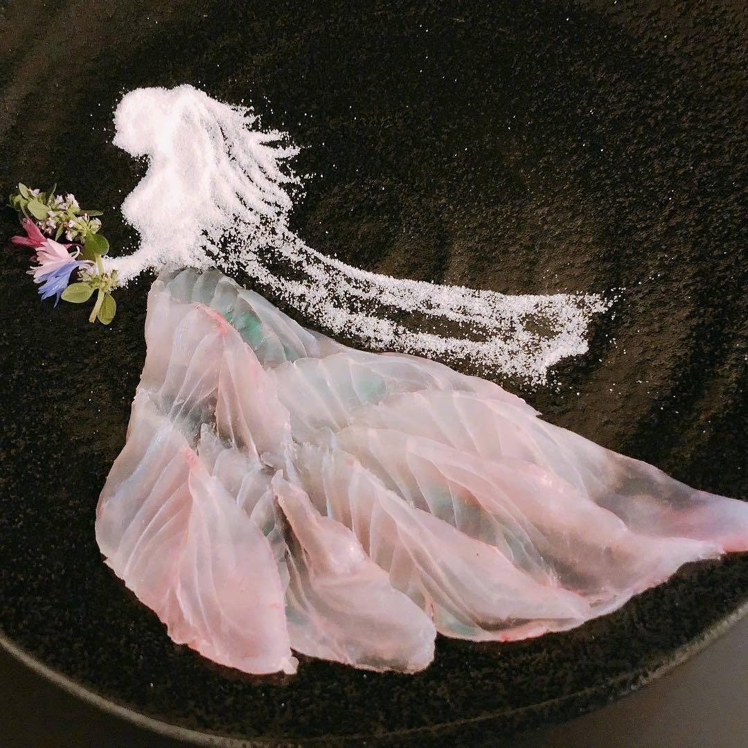 岛国大神的鱼生摆盘,用薄到透明的鱼片来做纱裙这个创意也太赞吧图片