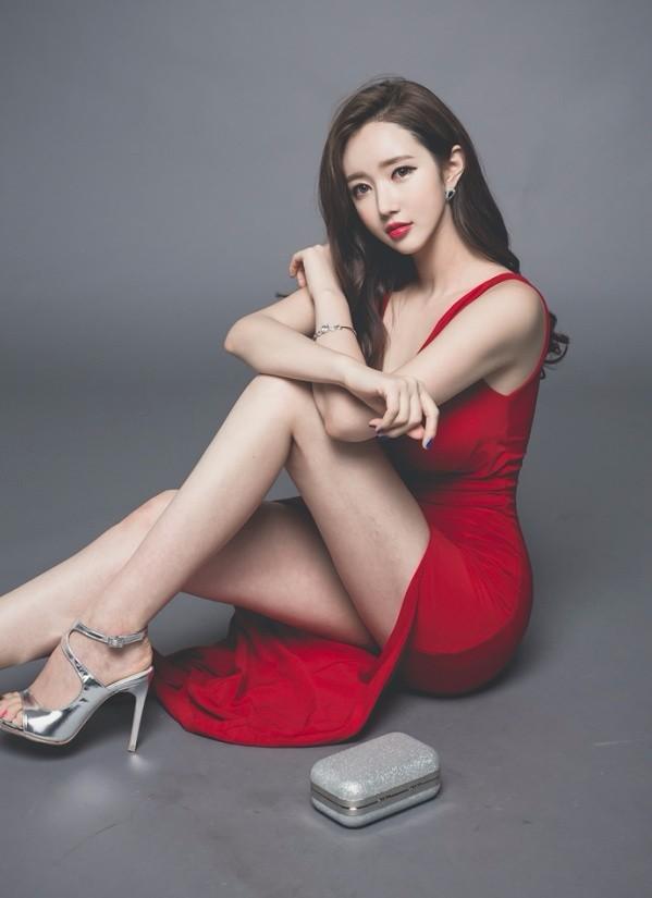 韩国美女模特穿着礼服风情迷人写真