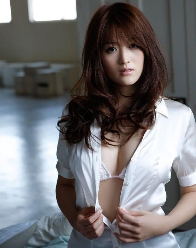 娇艳女优叶加濑麻衣,御姐女神妩媚性感,完美身材超级火辣