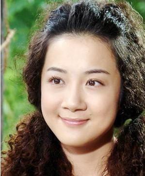 质疑李依晓整容过度导致脸僵,有好事者更是扒出来她疑似整容前的照片