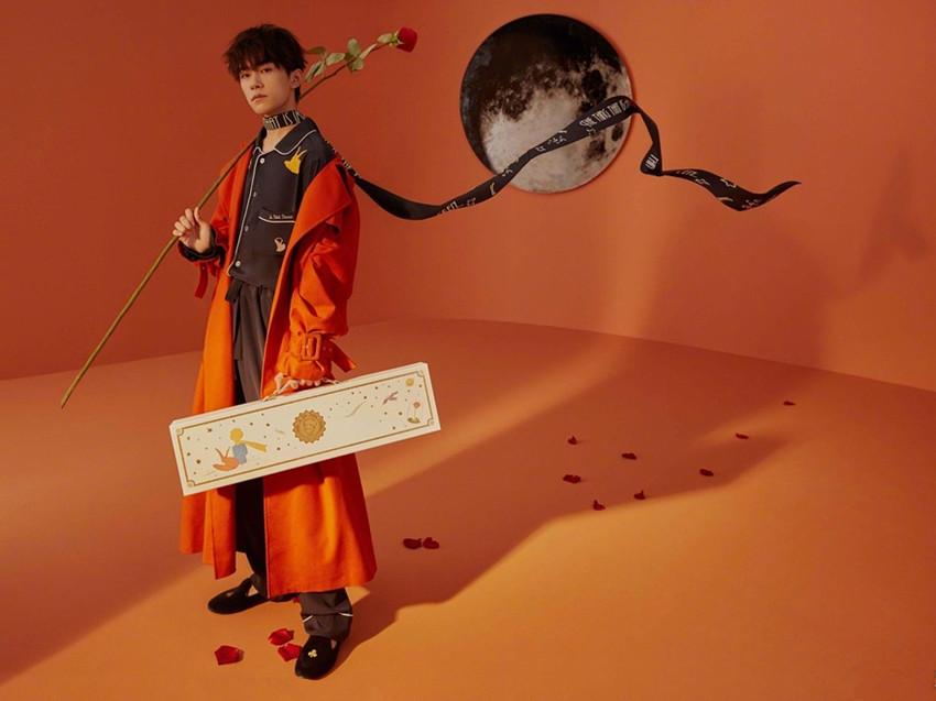 易烊千玺穿睡衣拍写真,手捧玫瑰花变王子,比蔡徐坤还撩人!