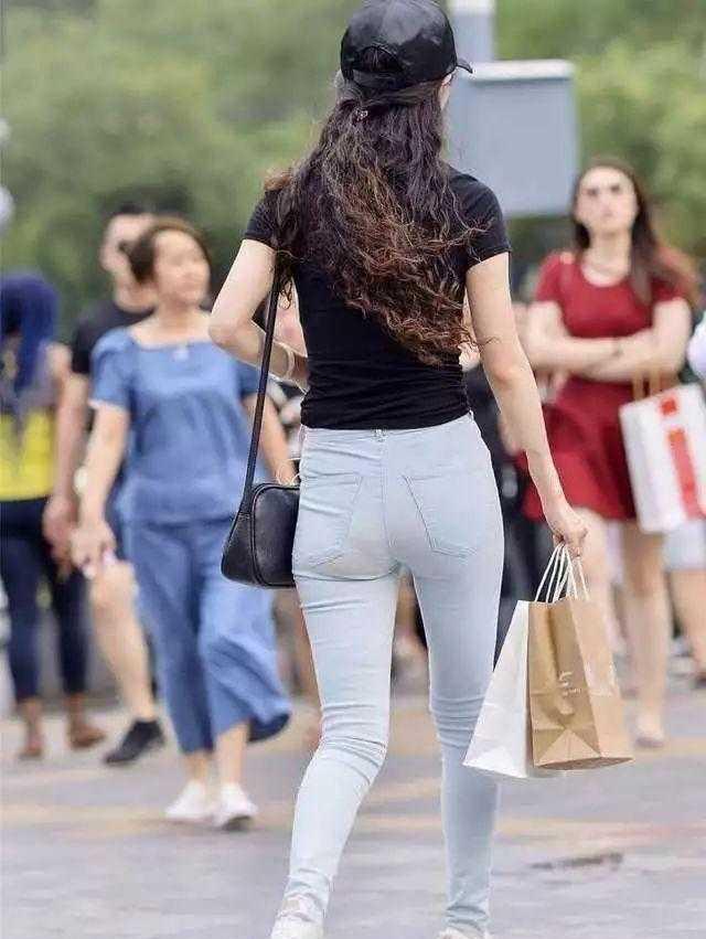 街拍: 气质出众的少妇, 紧身装暴露了真相