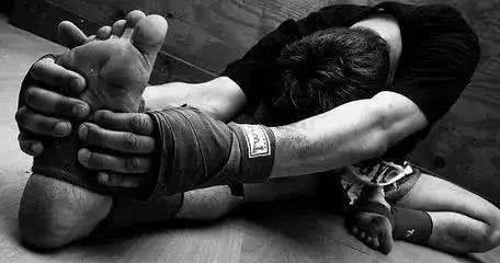 而热身和拉伸并不能从基础上防备这种酸痛,只会对酸痛有所缓解浸染。