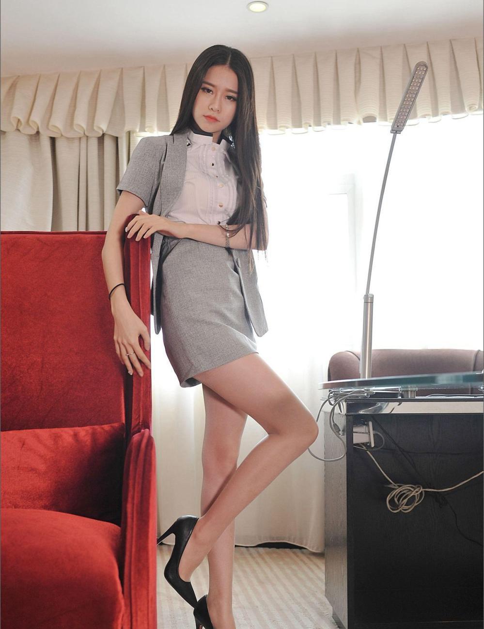 公司发的包臀裙又土又丑, 美女秘书搭配丝袜高跟鞋却穿的很好看图片