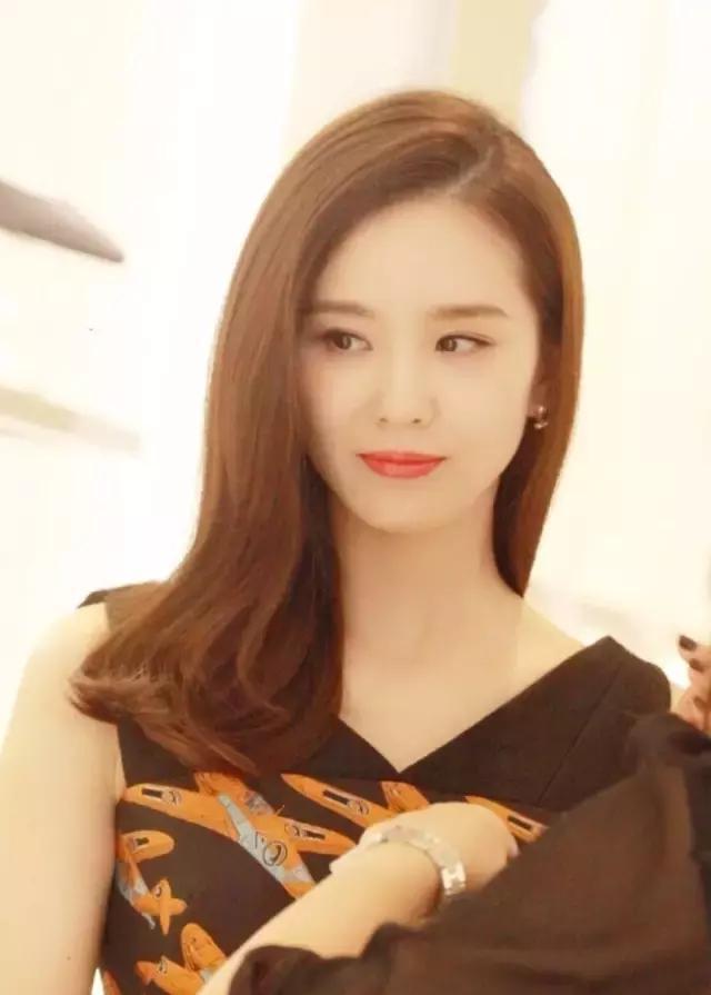 刘诗诗新发型惊艳众人,穿衣时尚搭配,佟丽娅也不逊色?图片