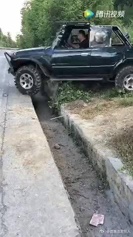 改装后的吉姆尼,遇到几百毫米宽的水沟,一脚油门踩下去!