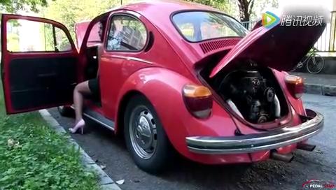 """美丽女司机和甲壳虫的""""战争"""" ,谁去帮帮她,要生气了"""