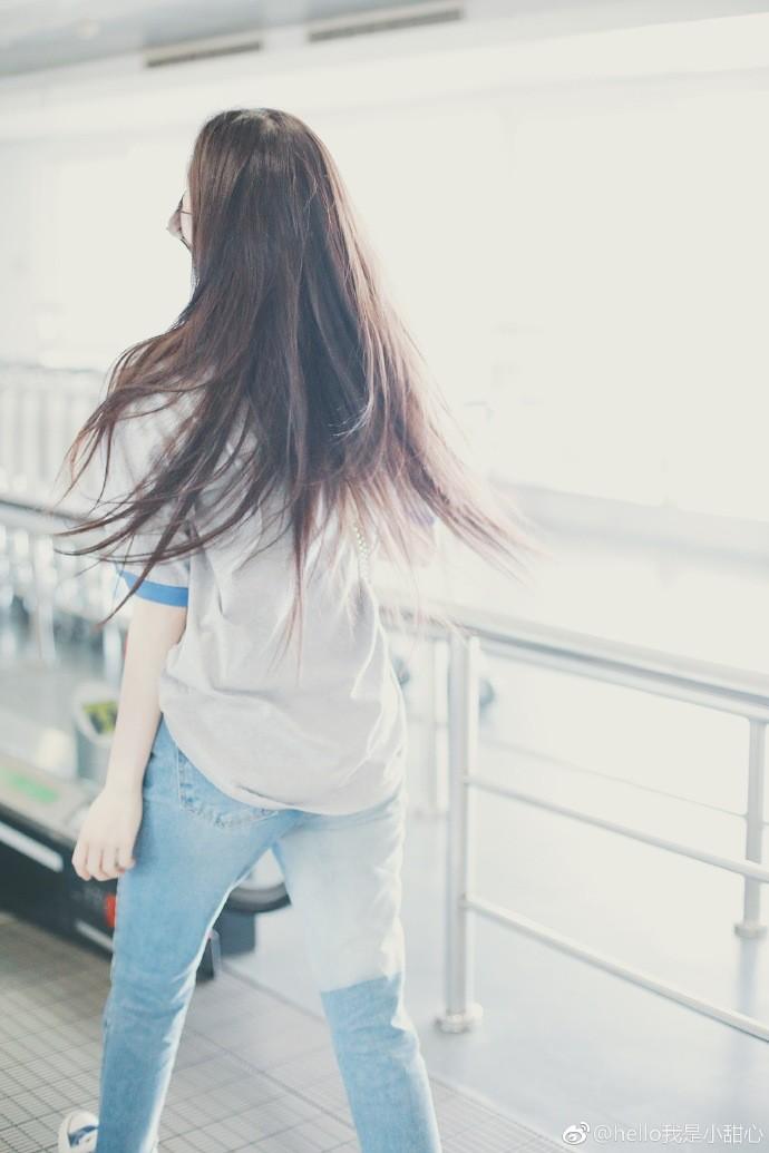 欧阳娜娜穿灰t恤搭配牛仔裤现身机场,抱小猪佩奇玩偶少女心满满图片