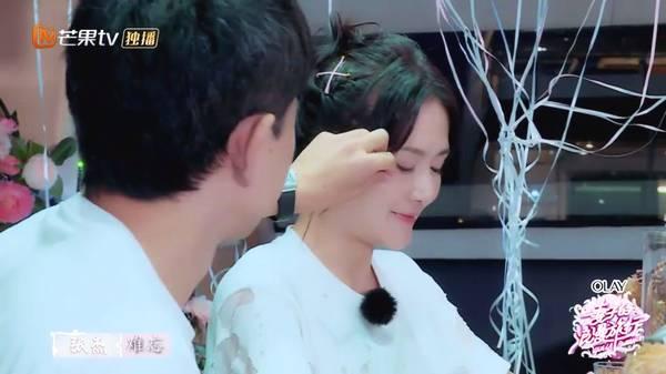 谢娜一直用双手将老公衣领给弄平整,而张杰看到老婆头发有点凌乱,会图片
