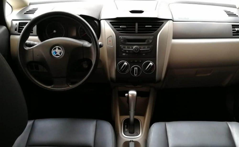 这款汽车售价低油耗低,但速度很快哦,启辰r50,月供只两千起