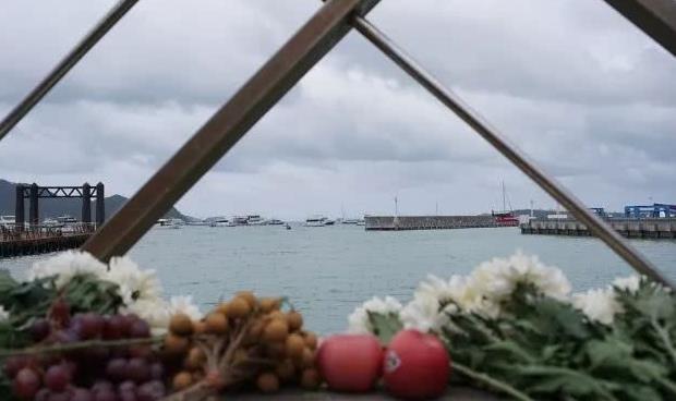 7月11日是普吉游船倾覆事故发生的第七天,也是遇难者的头七,午8时,泰国政府在普吉岛查龙码头(Chalong Pier)为死难者举行超度仪式。沉船事件伤者、遇难者家属、军警方面代表及僧侣在查龙码头参加了公祭仪式,整个仪式时长约一小时。