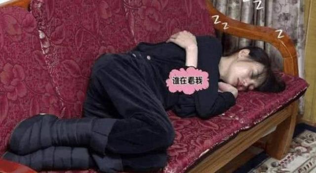 明星累到睡着?赵丽颖威亚还没脱下就睡着,黄子韬直接被抬走!