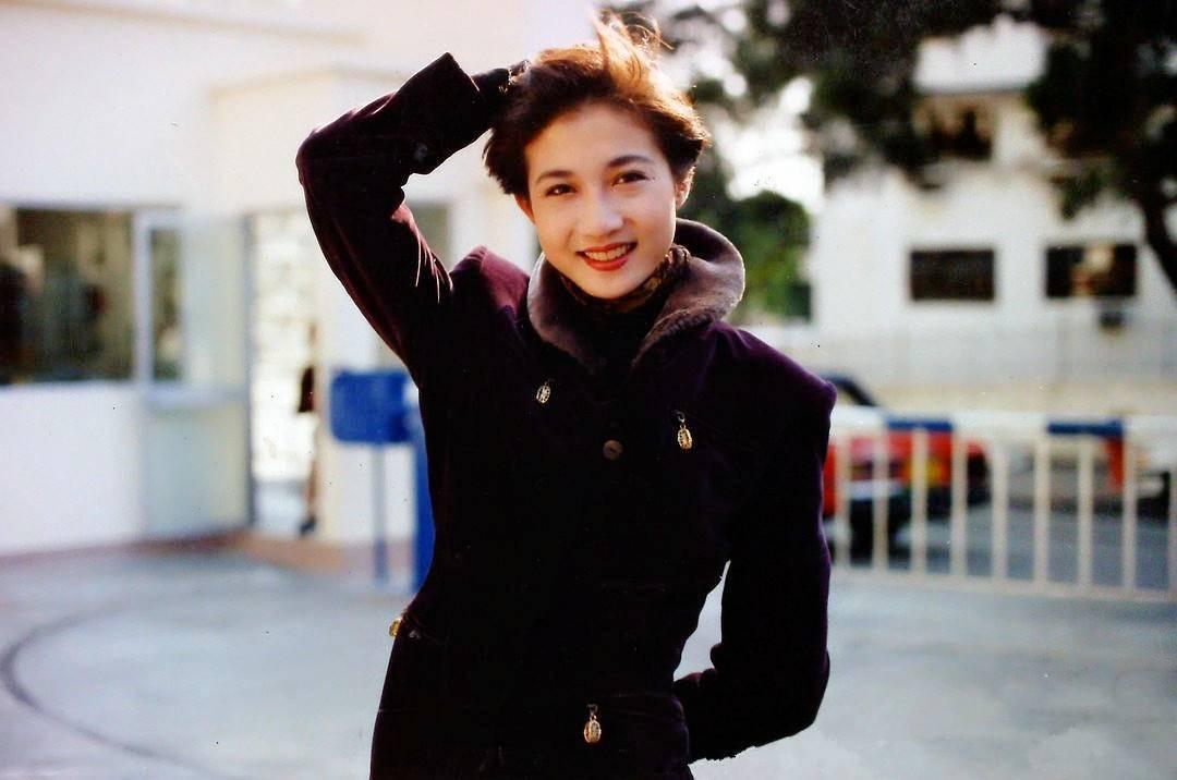 她是第一黄蓉,成龙苦追八年无果,与患癌男友26载风雨情终未婚!