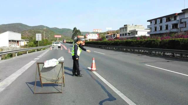 """高速路上洒满十吨饮料,司机心疼""""这下赔光了""""民警帮忙挽救损失"""