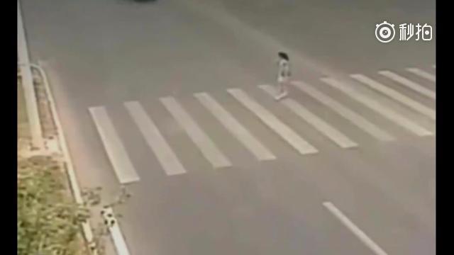 明明可以避开车祸,女子却选择了不动,这画面太惨烈了。