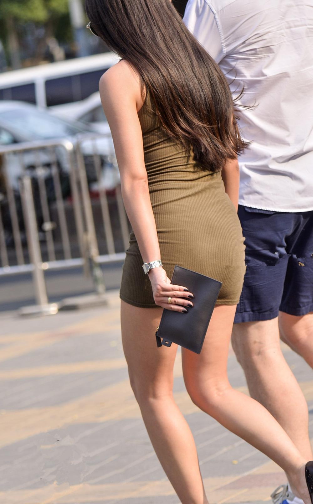 街拍时尚: 脚踩细高跟鞋 身穿紧身包臀短裙, 完美曲线