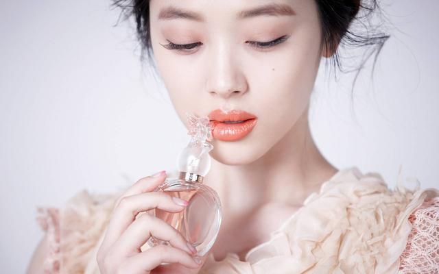 """""""果汁妆""""其实是花瓣咬唇妆容的一次小革新,既有咬唇妆的属性又结合了图片"""