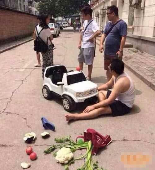 幽默笑话:爸爸,我遇到碰瓷的了,他说我用玩具车把他撞