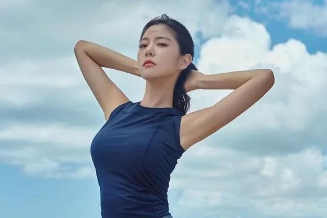 亚洲一�_亚洲第一美女深不可测,真空穿西装出席活动,身材完胜柳岩
