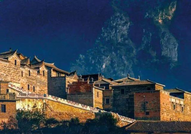 云南一个贫瘠的地方,却建起了数百栋欧式风格的房屋