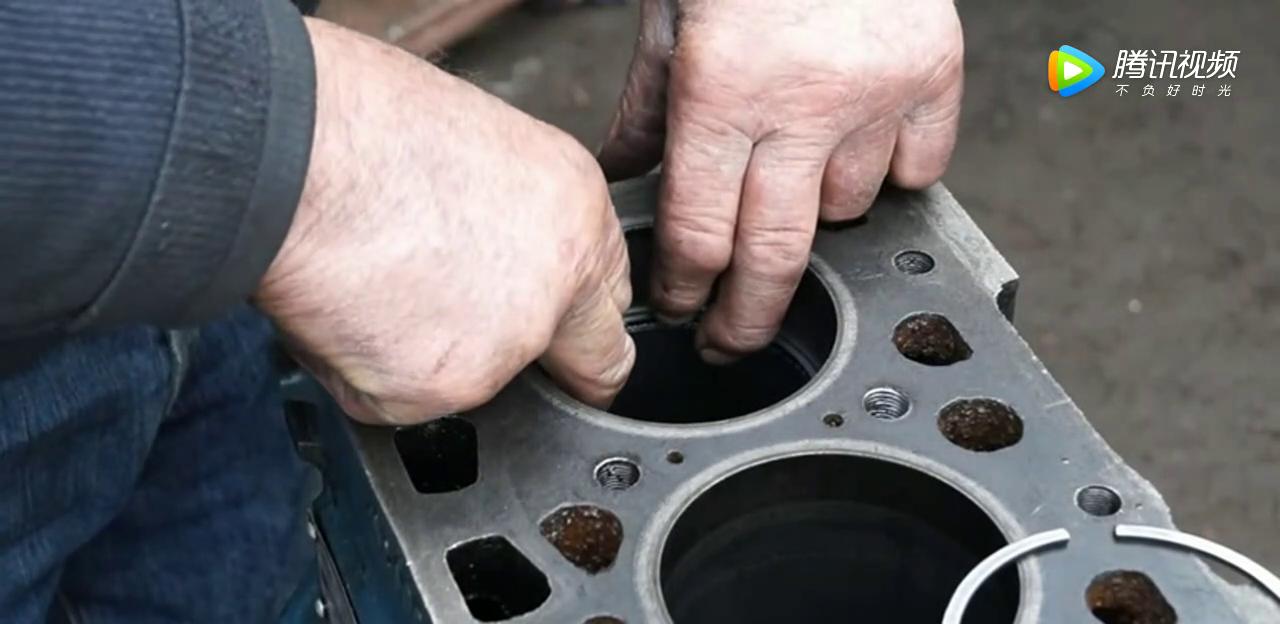 看看师傅怎么修理柴油发动机的,曲轴安装很重要,最后一步很关键