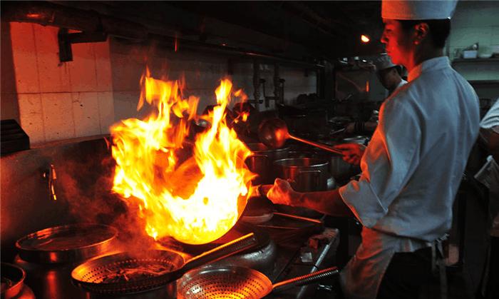 老外评价: 明火炒菜太危险, 中国厨师用颠勺技术实力回击图片