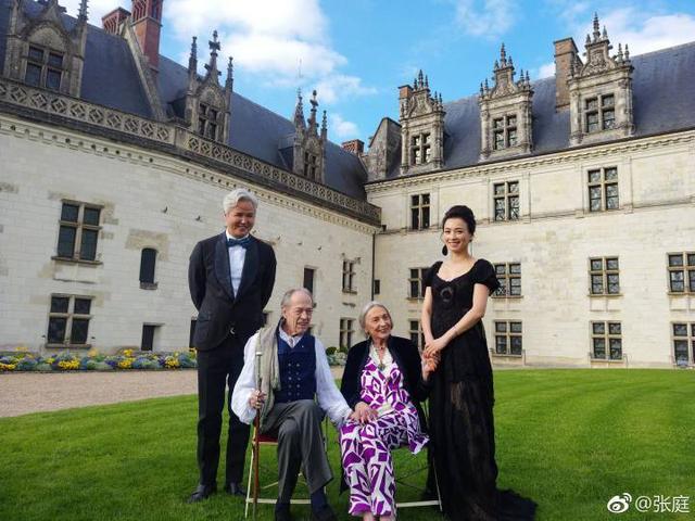 百亿阔太张庭获法国皇室骑士勋章,和老公大秀恩爱!