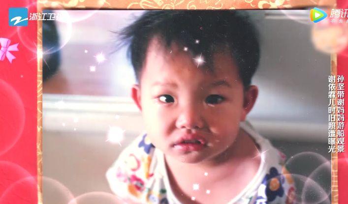 谢依霖挺孕肚为母亲下厨,小时候照片曝光,追忆艰难岁月泪雨如下
