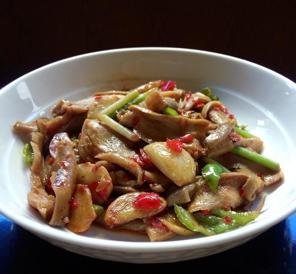 美食推荐:尖椒回锅猪肚,培根彩椒卷,鱼丸炒三鲜,秋葵炒鸡丁