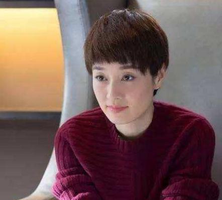 女人40岁后别乱烫头, 烫不好显老气还伤头发, 这些发型才显年轻图片