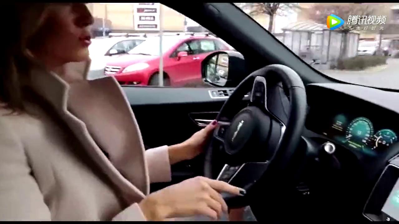 美女销售带客户试驾捷豹F-pace,换挡的瞬间客户被征服了