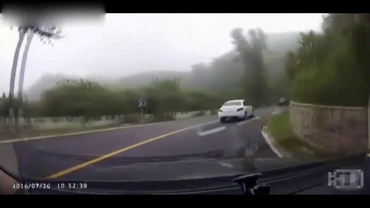 灰色凯越急弯道还逆行超标志,酿3车相撞车祸