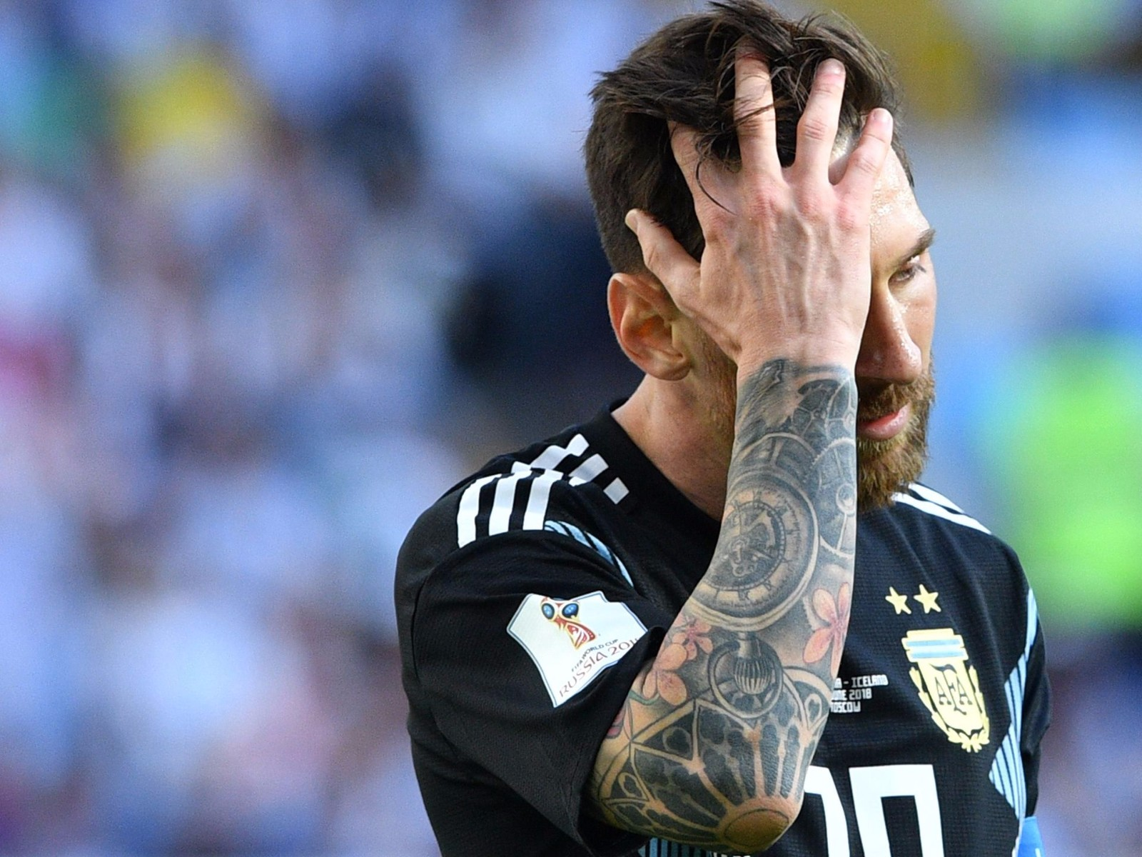 梅西在阿根廷与冰岛队射失点球之后作出反应