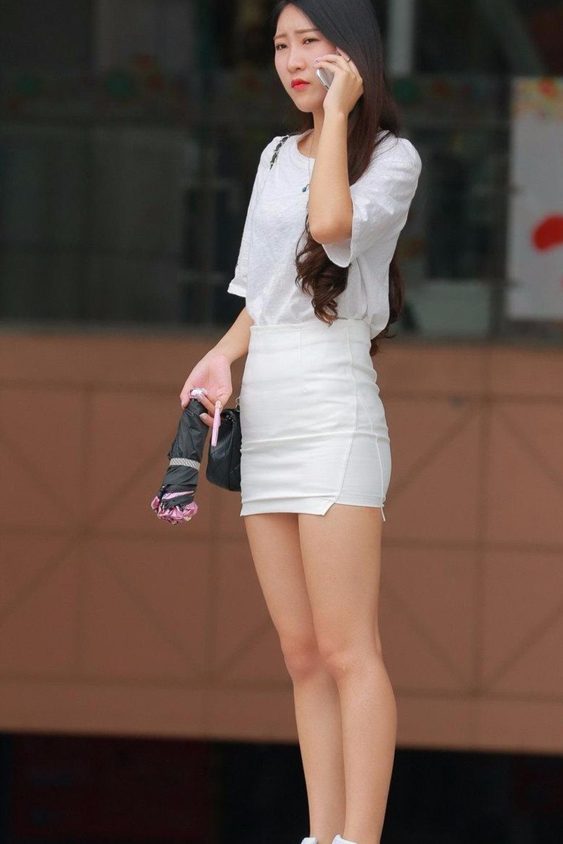 街拍 性感包臀裙配肉色丝袜高跟鞋熟女的味道隔着好远都能闻到