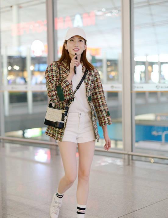 江疏影白色短裤搭配长筒袜 展白皙美腿图片