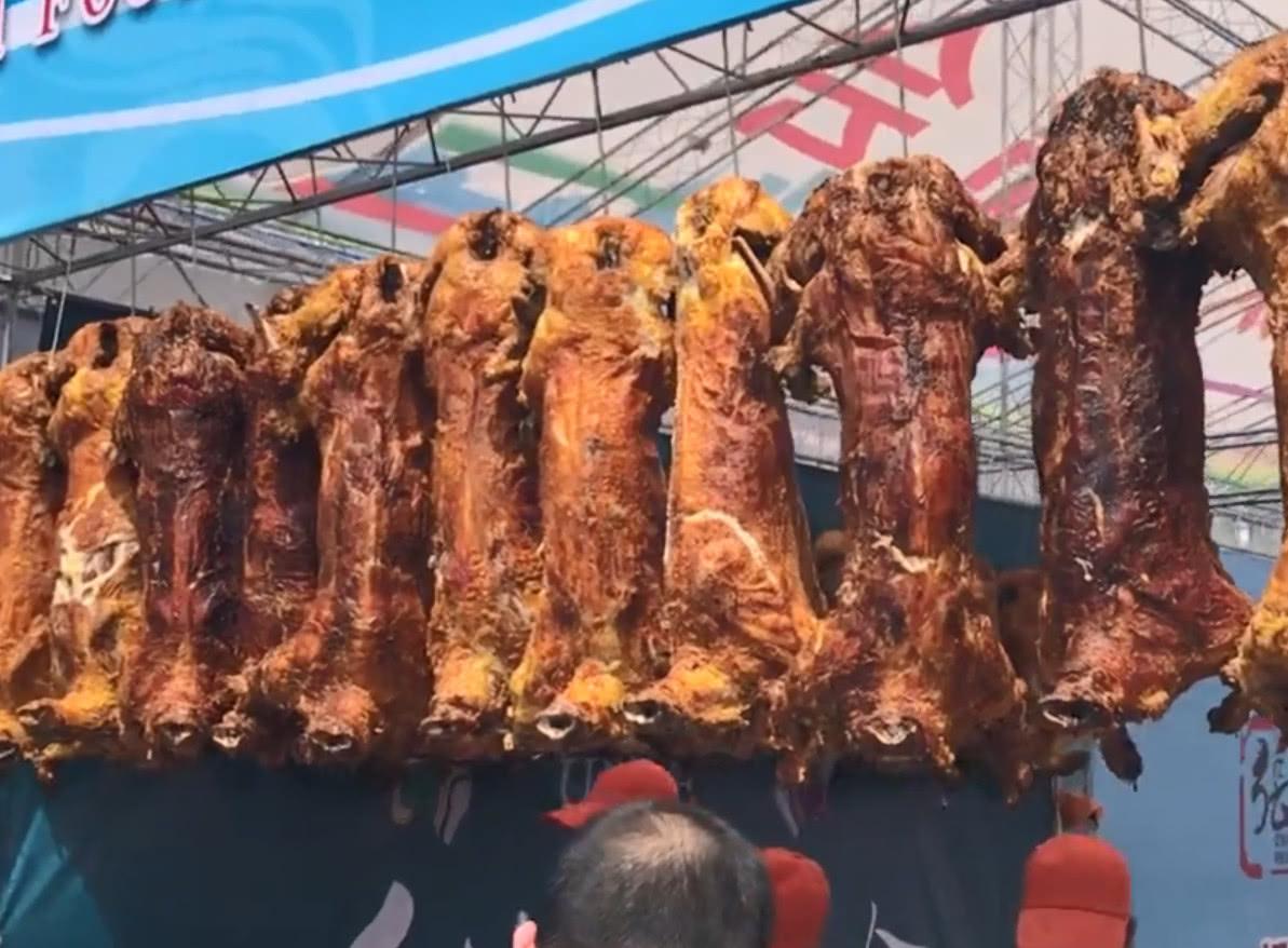 新疆的正宗戈壁滩烤羊肉,外酥里嫩香而不腻!校花大胸美女图片